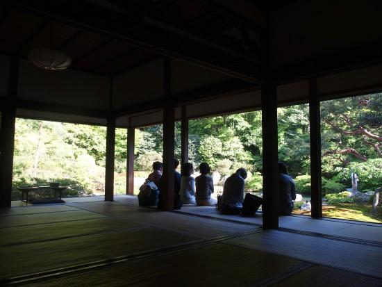 青蓮院:お庭をのんびりと眺める人たち