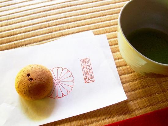 菊の紋章がついた平安殿の平安饅頭。青蓮院で抹茶と一緒にいただけます!