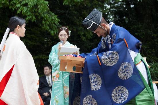 カチマル守を託される中田英寿さん。(下鴨神社HPより)