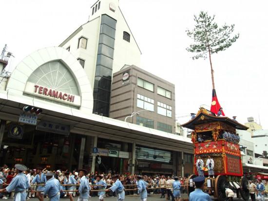【南観音山】本尊の楊柳観音像は鎌倉時代の座像。宵山に行われるあばれ観音は見物で、ぐるぐる巻きにした観音様を御輿で担ぎ、激しく揺らしながら町内を回ります。ご利益は厄除けです。