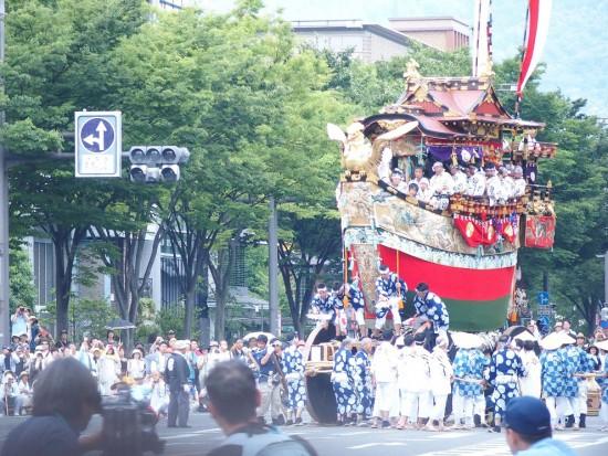 【船鉾】鉾全体が船の形で、金色の鷁(ゲキ)、飛龍文様の舵がついています。