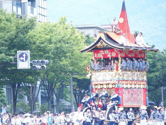 【岩戸山】鉾と同じように車輪がついている山で、鉾柱の代わりに真松が屋根の上にあります。