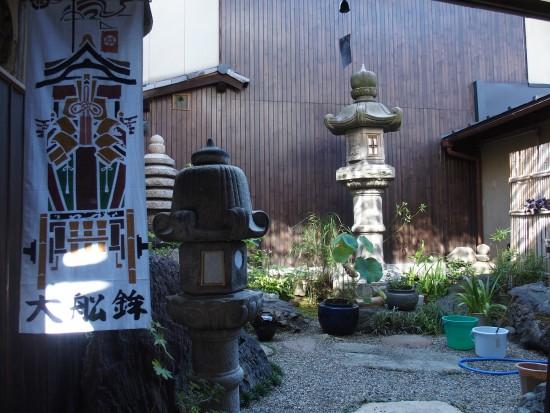 今年150年ぶりに復活した祇園祭の大船鉾の手ぬぐいが朝の風に吹かれ揺れるのと小さなお庭が良い感じ。