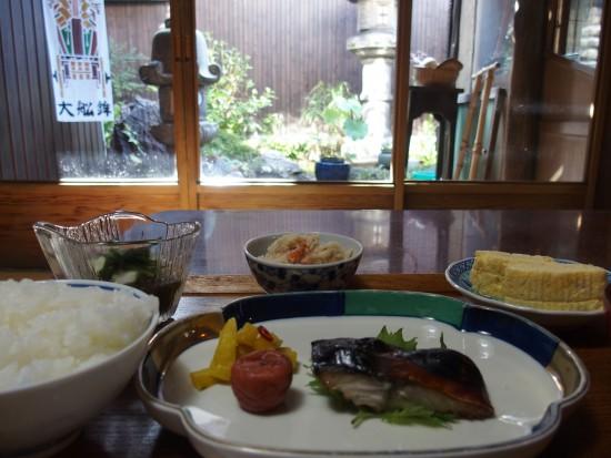 お庭を眺めながらほっこりいただく京の朝ごはん。最高の時間。