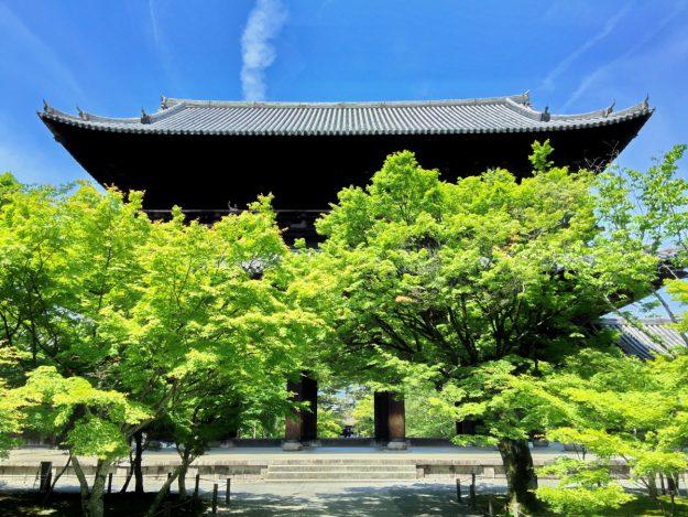 南禅寺の三門。春の新緑、秋の紅葉、どの季節も美しい表情を見せてくれます。ちなみに、三門は「三解脱門」の略。