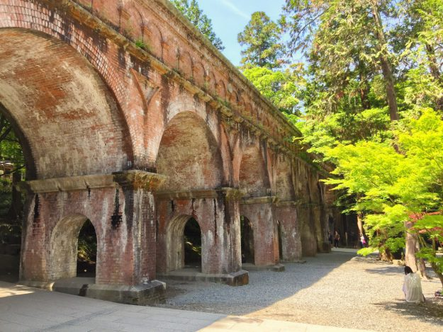 木造建築が並ぶお寺の中に、突如現れる煉瓦造り。