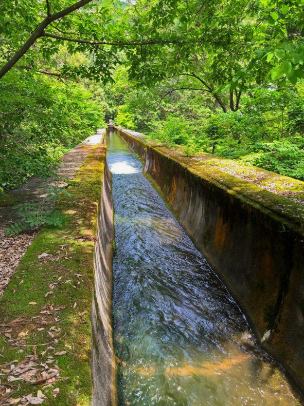 疏水はいくつかの流れに分かれるのですが、そのうちのひとつ哲学の道方面に流れる水がこの煉瓦造りの建物の上を流れています。