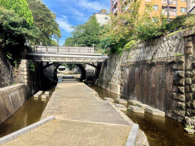 左右にある煉瓦造りの土台がかつて北野線の走っていた堀川橋痕跡。北野線の名残を残すかのように、現在は飛び石が設置されています。