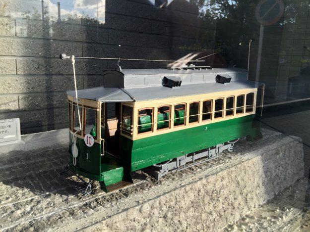 マンションの前にチンチン電車の模型が展示してありました!