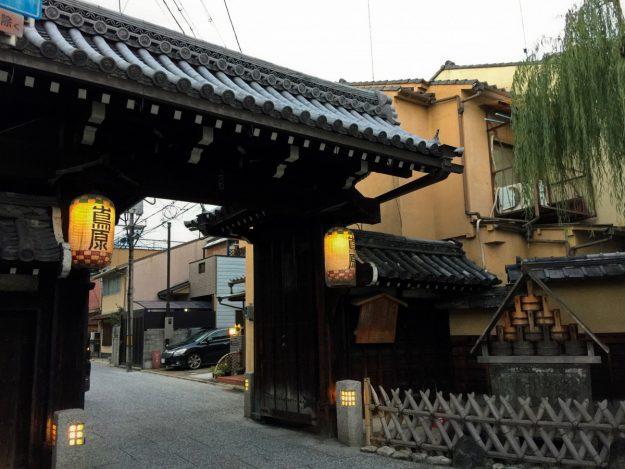 東鴻臚館の跡地には、のちに「島原」として花街が形成されました。