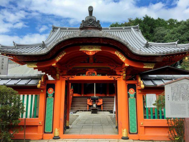 毘沙門堂の本堂。華麗な装飾は、日光東照宮の手法に共通するそうです。