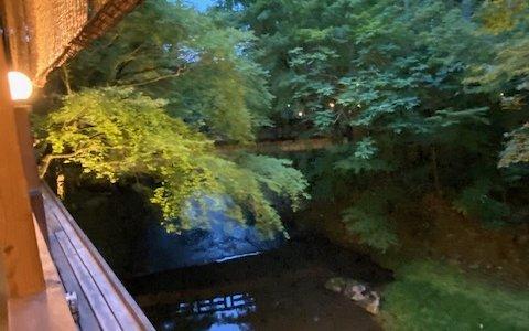 川にせせらぎ感じるしょうざん「渓涼床」